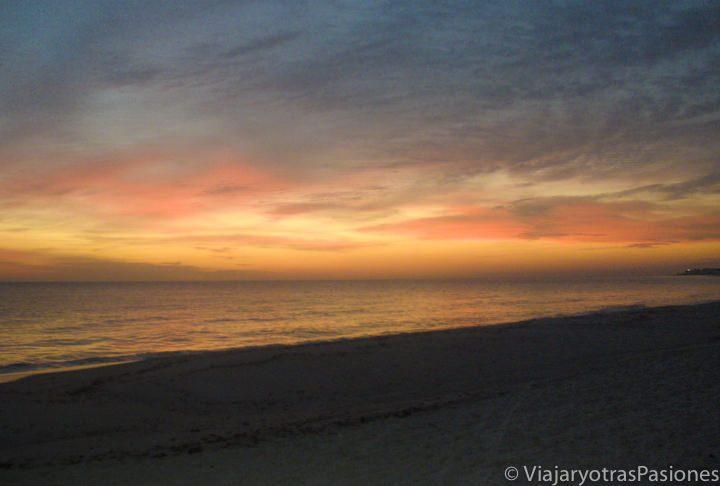 Increíble amanecer en la playa en Túnez