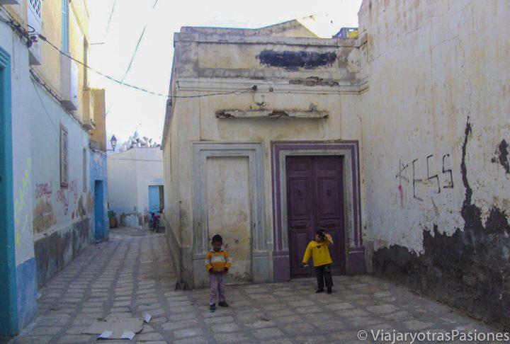 Escena cotidiana en el centro de la bonita ciudad de Sousse