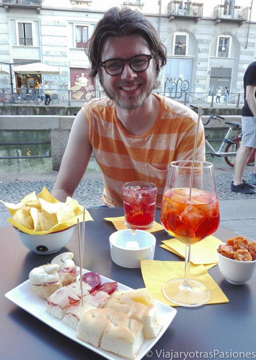 Aperitivo con un Negroni y el Aperol Spritz en Milán, Italia
