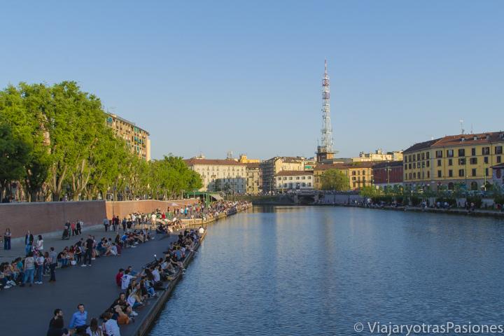 Atardecer en la famosa Darsena de Milán, en Italia