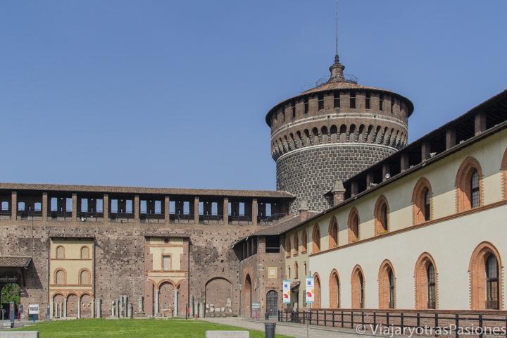 Vista del bonito patio interior del Castello Sforzesco en Milán, en Italia
