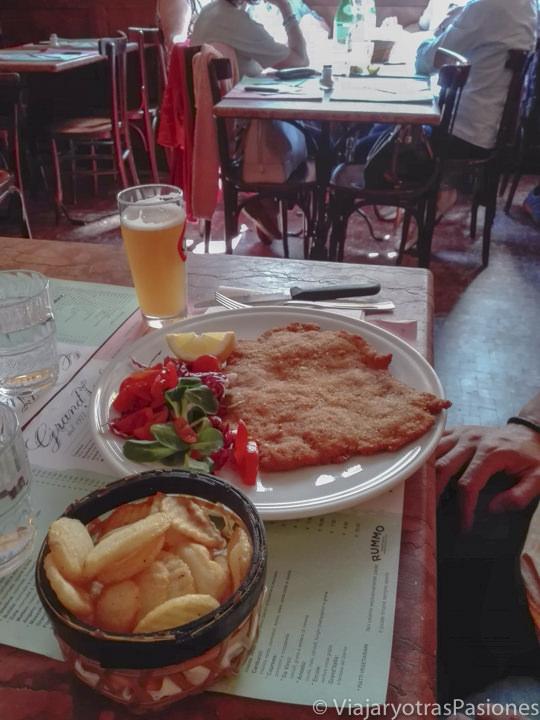 Rico plato de la famosa Cotoletta alla Milanese en Milán, en Italia