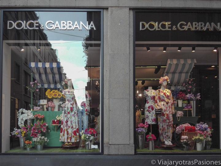 Escaparate de la famosa tienda de Dolce & Gabbana en el Quadrilatero della Moda en Milán, Italia