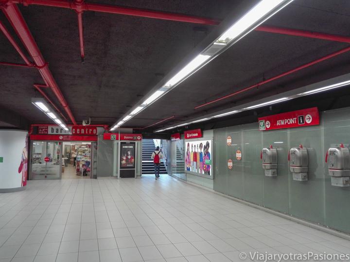 Interior de la estación de metro del Duomo en Milán, Italia