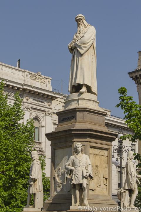 Estatua de Leonardo da Vinci frente a La Scala de Milán, en Italia