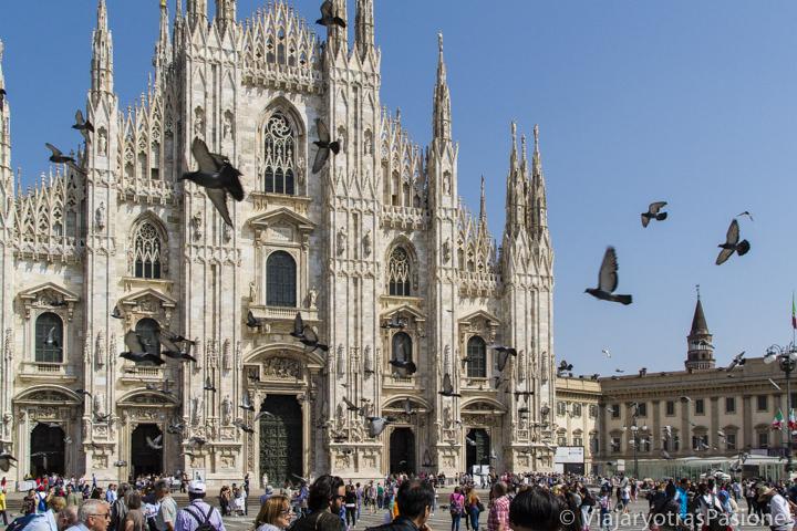 Frente del duomo de Milán en Italia