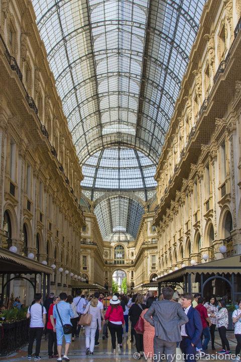 Vista panorámica de la hermosa Galleria Vittorio Emanuele en Milán, en Italia