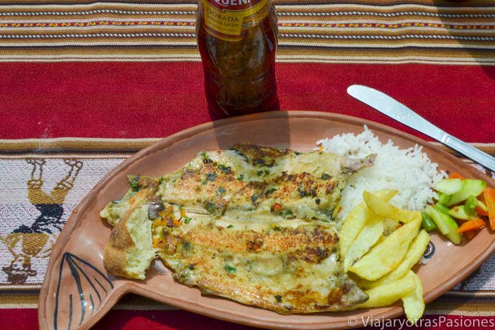 Sabrosa comida de trucha tradicional del Lago Titicaca en la Isla Taquile en Perú