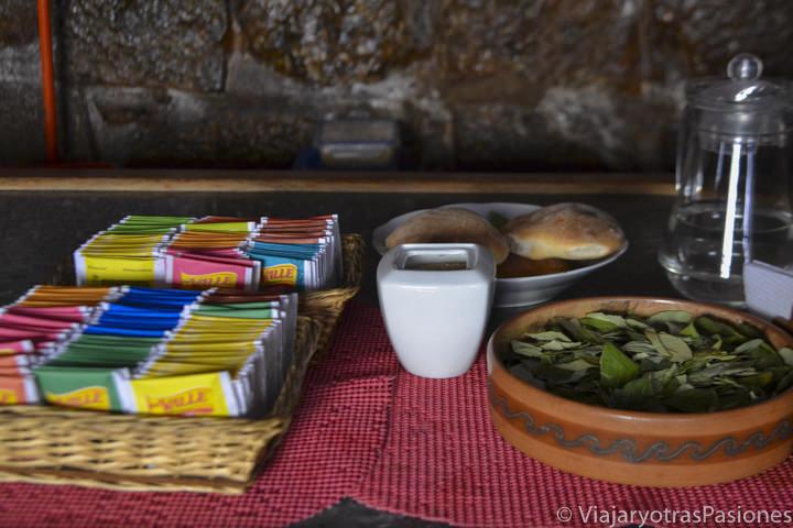 Diferentes infusiones y hojas de coca en nuestro alojamiento en Cuzco en Perú