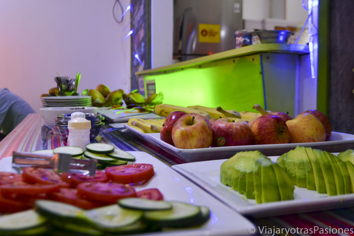 Desayuno en el hostal de Lima en Perú con fruta y verduras.