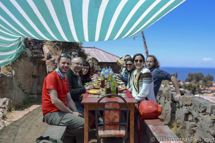 Comiendo comida tradicionales en el viaje en el lago Titicaca en Perú