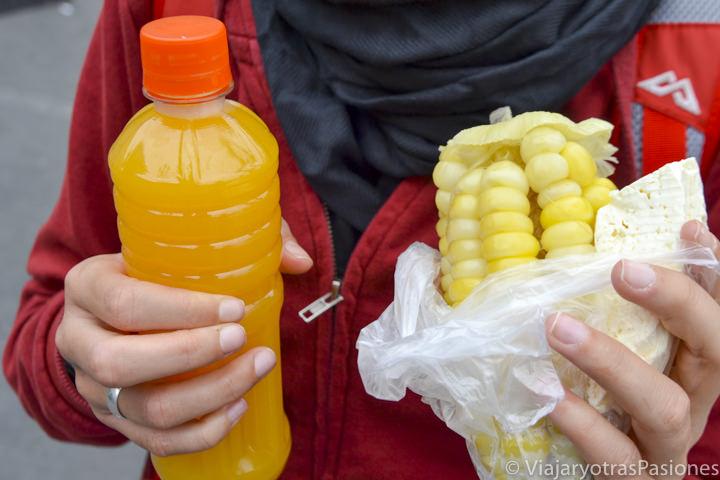 Delicioso zumo y maíz o choclo que se puede comer en Perú