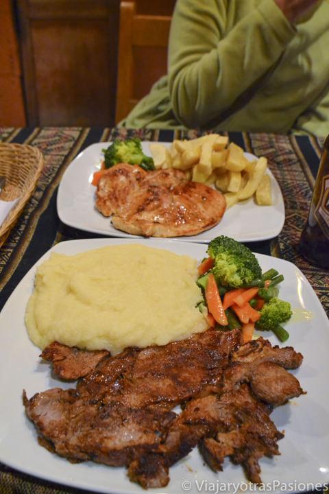 Típica comida que se puede comer en Perú con pollo, patatas y verdura