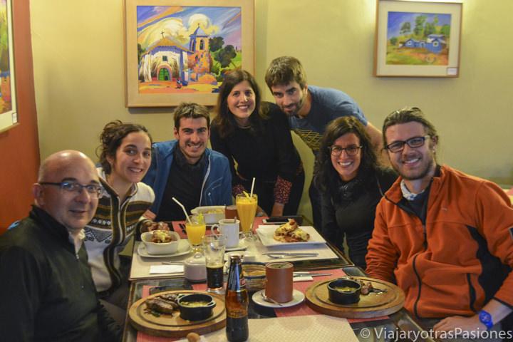 Grupo alegre en Puno comiendo típica gastronomía peruana
