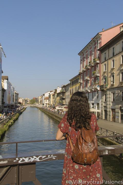 Bonita vista del Naviglio Grande en Milán, Italia