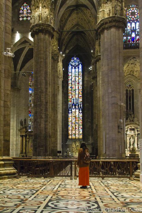 Bonita vista desde el interior del duomo de Milán, en Italia