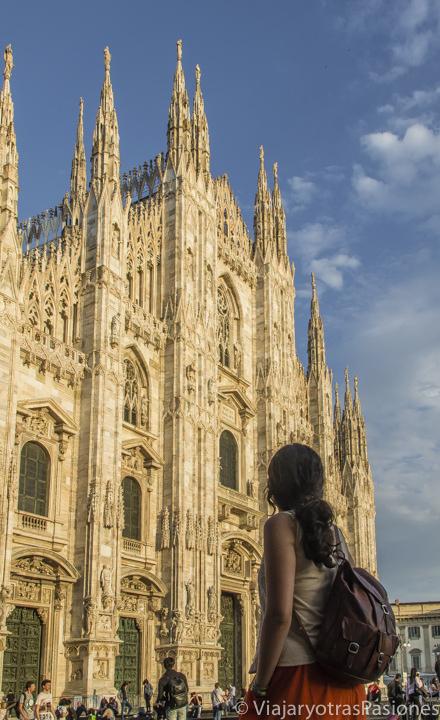 Increíble atardecer frente del Duomo de Milán, Italia