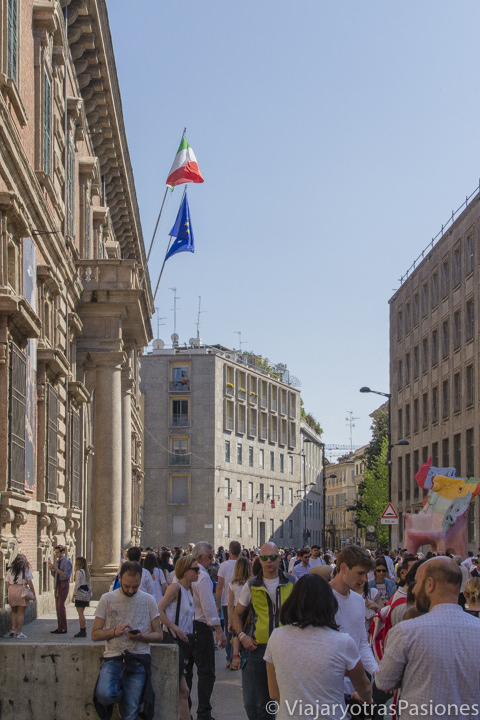 Típica calle peatonal en el centro de Milán, Italia