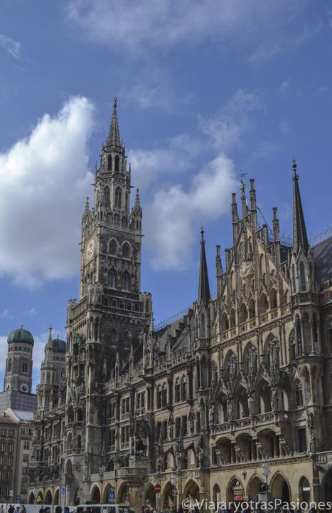 El Neues Rathaus, en la Marienplatz de Múnich en un día en Alemania