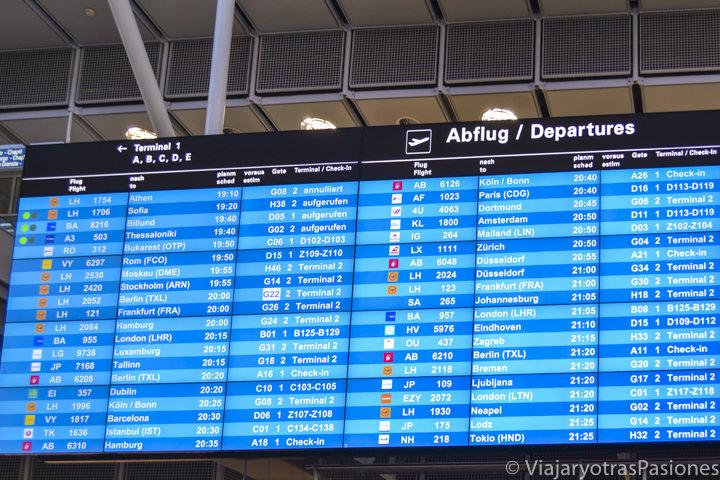 Pantalla de los destinos en el aeropuerto de Múnich, Alemania