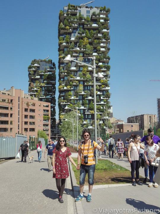 Pareja cerca del famoso Bosco verticale en Milán, Italia