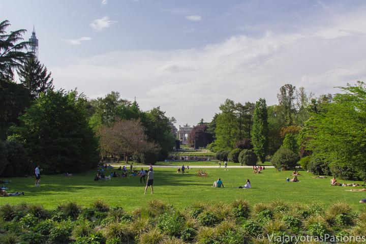 Panorama del hermoso Parco del Sempione en Milán, en Italia