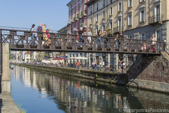 Típica vista con puentes en el barrio de los Navigli en Milán en Italia