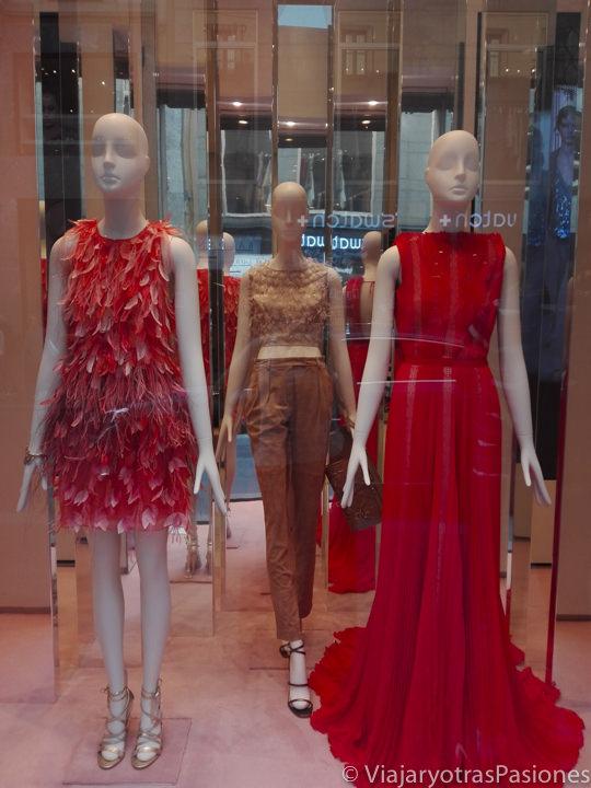 Magnífico escaparate de Dolce e Gabbana en el Quadrilatero della Moda en Milán, Italia