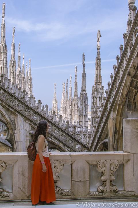 Mirando el maravilloso Duomo en Milán en dos días en Italia