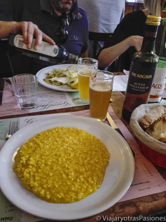 Plato de delicioso risotto alla milanese en Milán, Italia