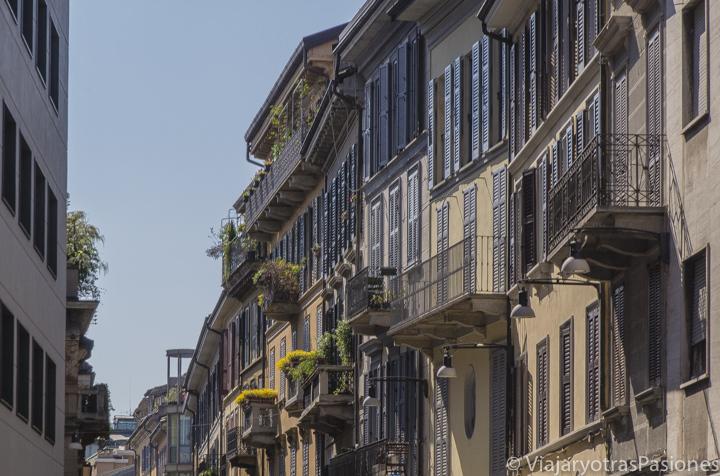 Vista de una bonita calle del centro de Milán, en Italia