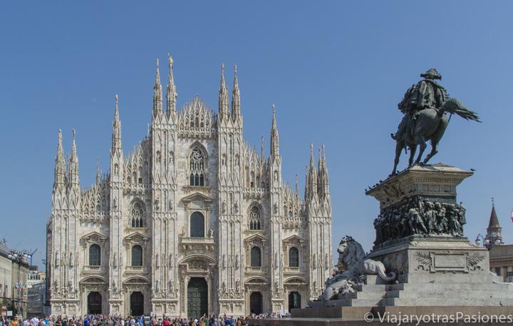 Hermosa imagen de la fachada de Duomo de Milán, Italia