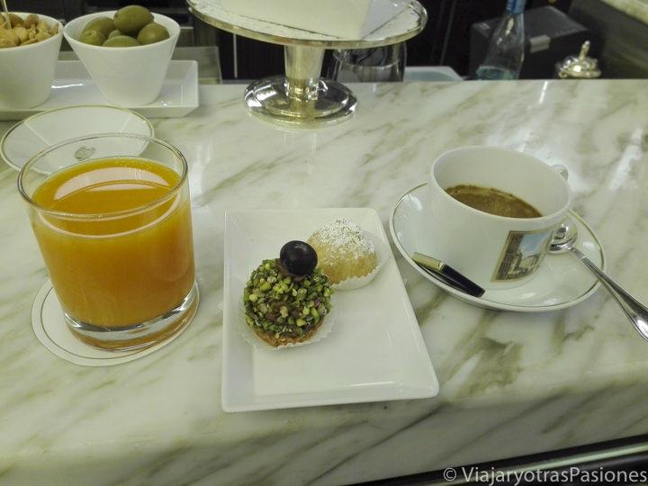 Típico espresso y bollitos que se pueden comer en un bar en Milán, Italia