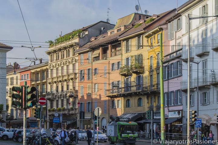 Vista de una típica calle en el centro de Milán en Italia