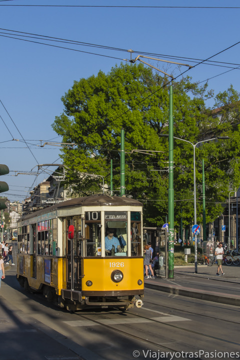 Hermosa vista de un típico tranvía de Milán, en Italia