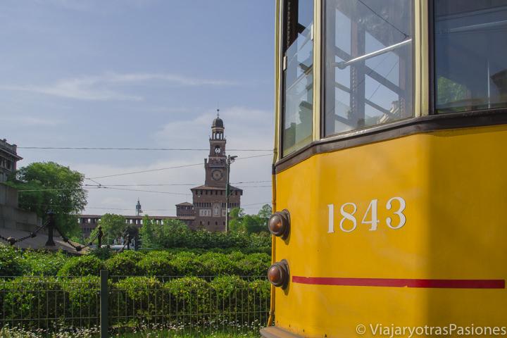 Bonito detalle de un típico tram de Milán en Italia