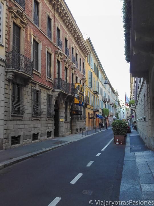 Vista panorámica de la mítica Via Montenapoleone en Milán, Italia