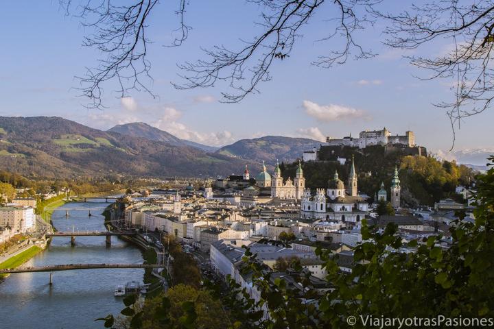Atardecer y panorama de la ciudad de Salzburgo, en Austria