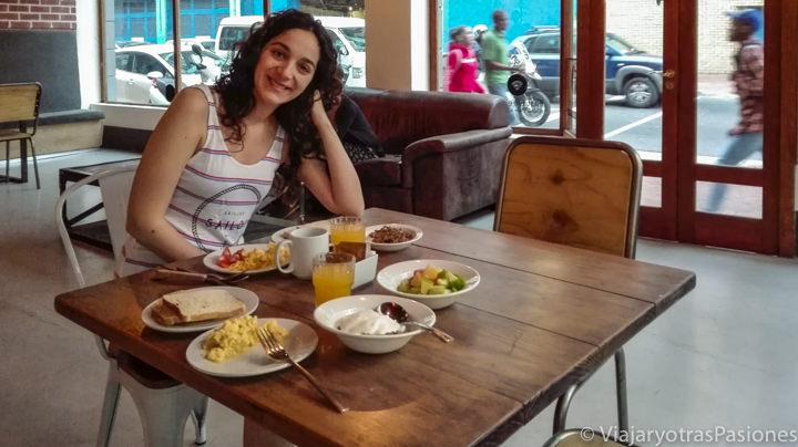 Desayuno completo en el hostal del centro de Ciudad del Cabo de Sudáfrica