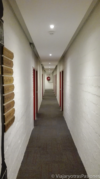 Pasillo en bonito hostel 91 Loop en Ciudad del Cabo, perfecto para viajar a Sudáfrica por libre
