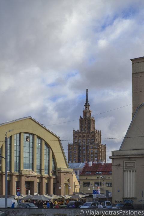 Naves del mercado central y edificio de la Academia de las Ciencias al fondo, en Riga, Letonia