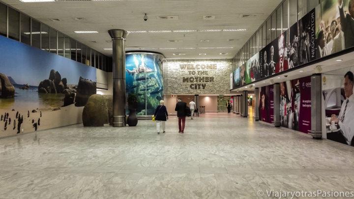 Llegadas en el bonito aeropuerto de Ciudad del Cabo en Sudáfrica