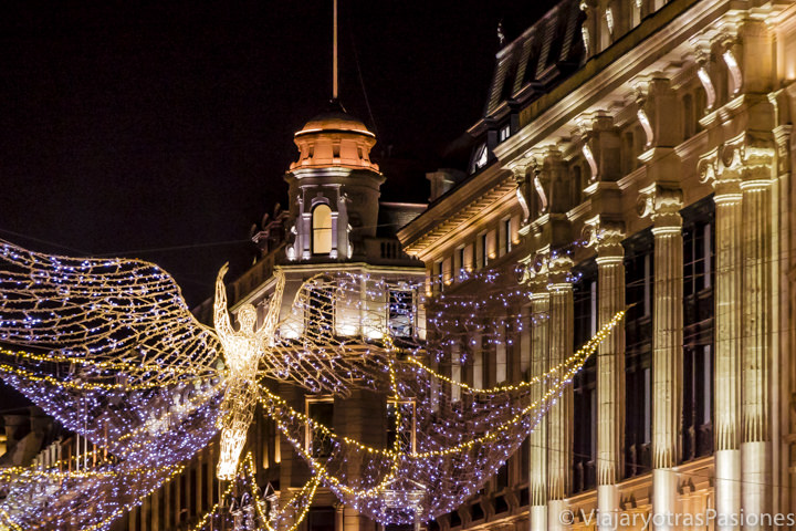 Espectaculares decoraciones en la famosa calle de Regents Street en Londres