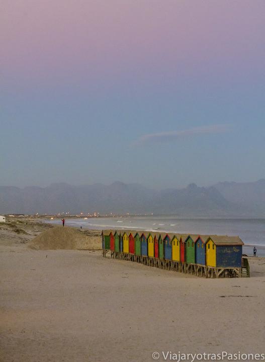 Atardecer cerca de las casetas de colores en Muizenberg cerca de la Peninsula del Cabo en Sudáfrica