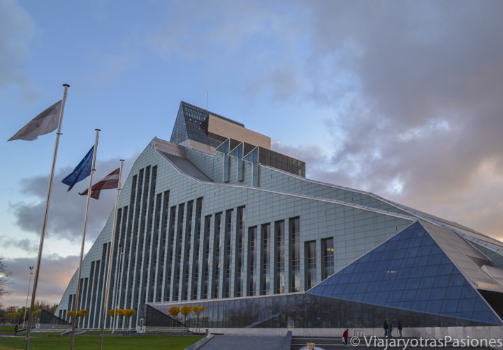 Moderna Biblioteca Nacional Letona cerca del río Daugava en Riga en Letonia