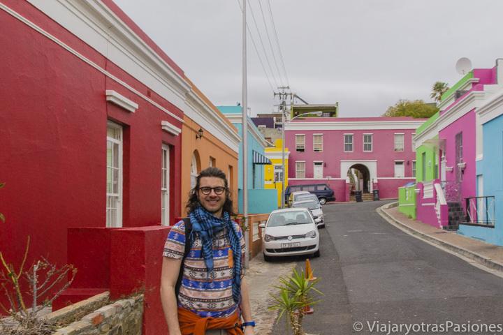 Entre las bonitas casas de colores en el barrio de Bo Kaap en Ciudad del Cabo en Sudáfrica