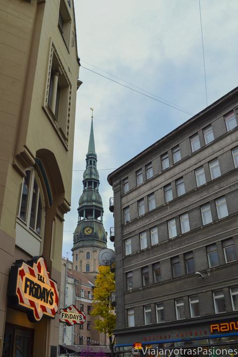 Bonita vista de la iglesia de San Pedro en Riga en Letonia