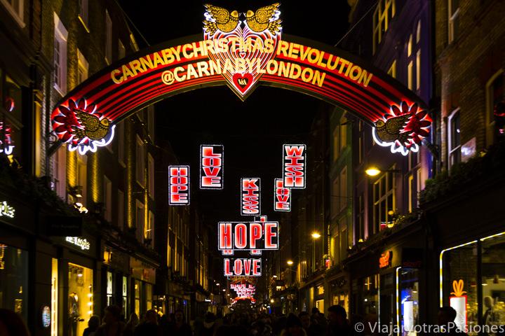 Iluminación navideña en Carnaby Street en Navidad en Londres en Inglaterra