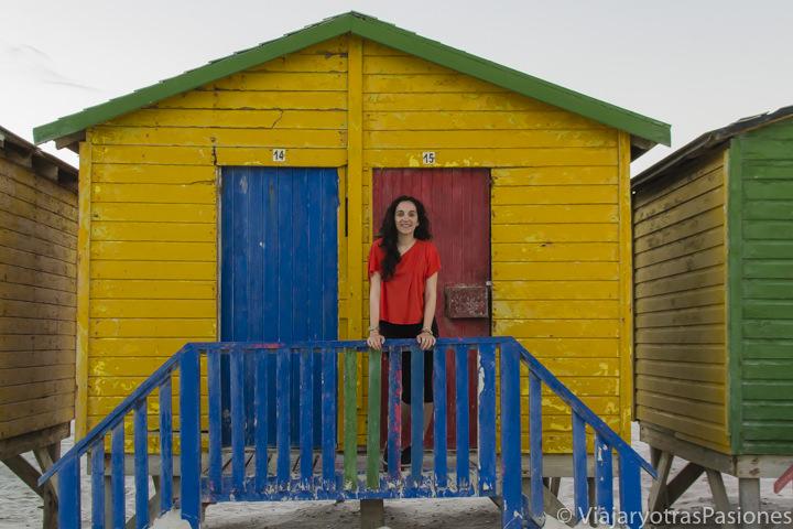 Alegre frente a las casetas de Muizenberg en seguridad en Sudáfrica