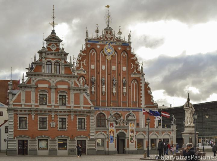 Increíble plaza del Ayuntamiento y casas de las cabezas negras en Riga en Letonia